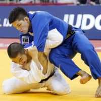 Shohei Ono (right) competes against South Korea's An Chang-rim in the 73-kg final of the Dusseldorf Grand Slam on Saturday in Dusseldorf, Germany. | KYODO
