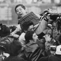 Nankai Hawks players and fans give player-manager Katsuya Nomura the traditional doage (victory toss) when the Pacific League team won the pennant in October 1973 at Nishinomiya Stadium in Hyogo Prefecture. Nomura died on Tuesday at 84. | KYODO