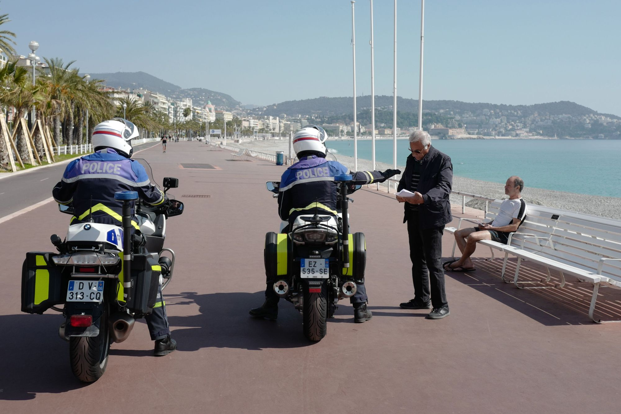 Police officers check documents of a man on the 'Promenade des Anglais' in the French Riviera city of Nice on Thursday.   AFP-JIJI
