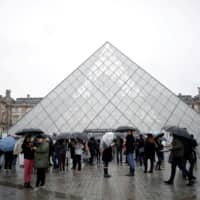 Louvre in Paris reopens after staff end coronavirus protest