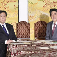 Abe reaches across aisle for COVID-19 emergency law as Japan cases top 1,000