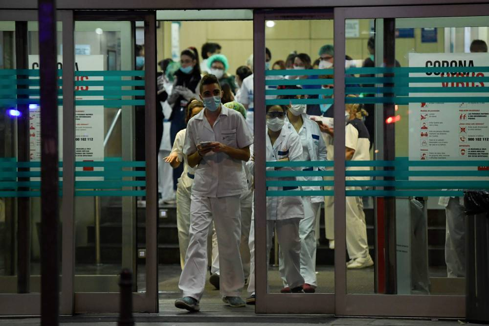 Health care workers dealing with the coronavirus crisis at the Fundacion Jimenez Diaz hospital in Madrid |  AFP-JIJI