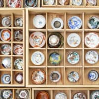 Cheers: Masuo Kumazaki is a lumber dealer based in Gero, Gifu Prefecture. Laid out in his booth at the Gozare-ichi market are countless sake cups, ranging from moderately priced to top-quality. The colorful, ornate Kutani-ware cups make ideal souvenirs.