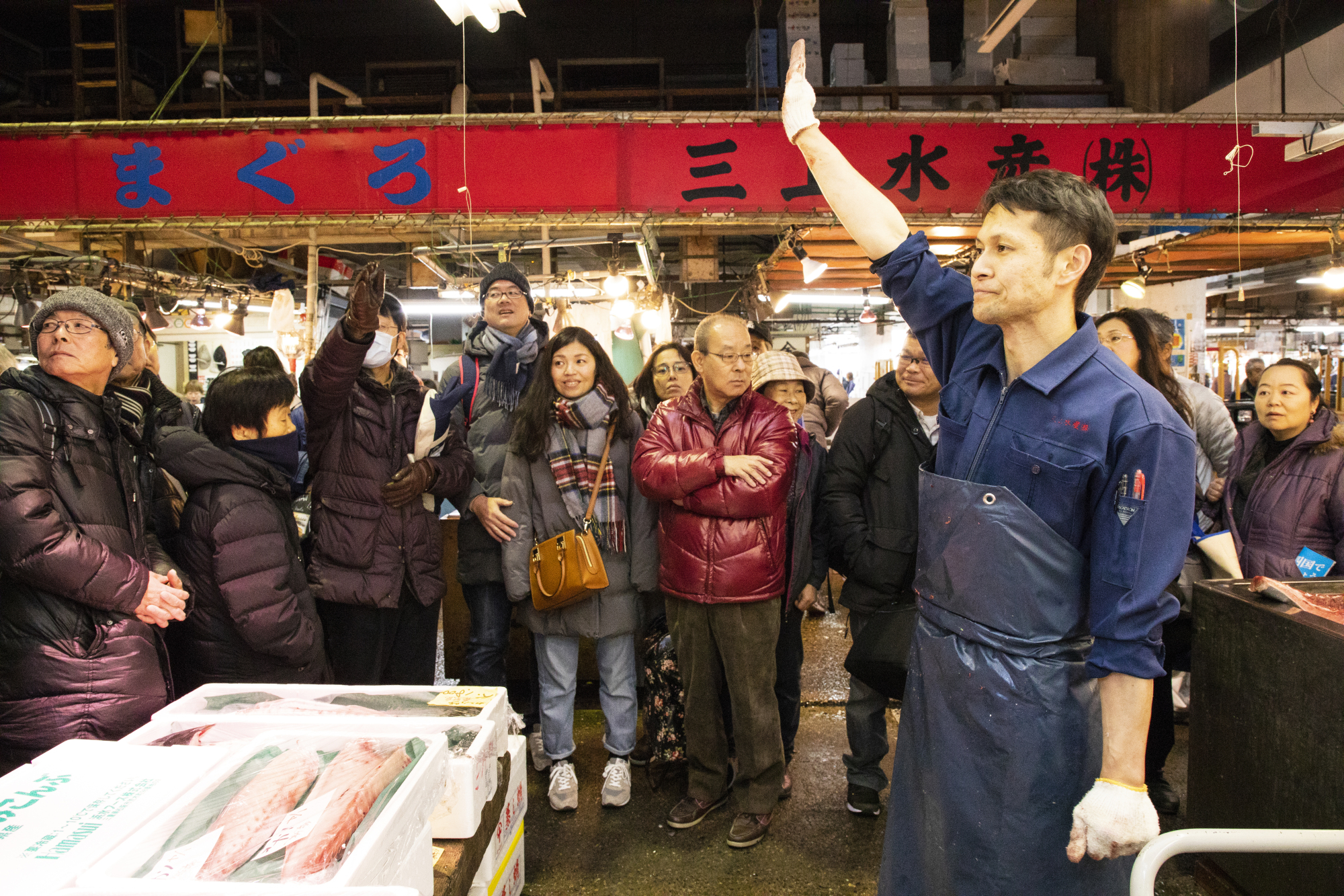 Hands up: While the sakutori process is underway, the head, the kama section beneath the gills and around the pectoral fins, and the nakaochi meat scraped off the bones are put up for auction. Bidding is made simple for lay participants, who raise their hands to signal they agree to the price called out by the auctioneer. If there are still multiple bidders after the price has risen to a certain level, the buyer is decided by a quick game of rock-paper-scissors.