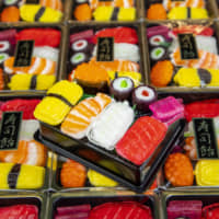 Take a closer look: Boxes of colorful sushi candies catch the eye at the front of Tsukiji Kaneyoshi (Tsukiji 4-12-2), which specializes in seafood rice crackers. Despite their dainty size, all the toppings look surprisingly real.