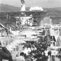 Worth the wait: Visitors to the 1970 Osaka Expo stood in line for an average of three or four hours at some pavilions.   KYODO