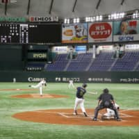 The Giants and Swallows play a preseason game in an empty Tokyo Dome on Saturday. | KYODO