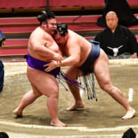 Yokozuna Kakuryu (right) defeats ozeki Takakeisho to improve to 11-2 on the 13th day of the Spring Grand Sumo Tournament on Friday at Edion Arena Osaka. | NIKKAN SPORTS