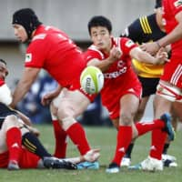 Kobe Steel's Atsushi Hiwasa (center) passes the ball during the final of the 56th All-Japan Championship on Dec. 15, 2018, at Prince Chichibu Memorial Rugby Ground. | KYODO