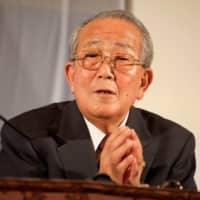 Kazuo Inamori speaks to participants at a convention of his Seiwajuku management school held in June 2010. | INAMORI LIBRARY, KYOCERA CORP.
