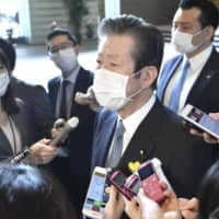 Komeito leader Natsuo Yamaguchi speaks to reporters at the Prime Minister's Office Tuesday.   KYODO