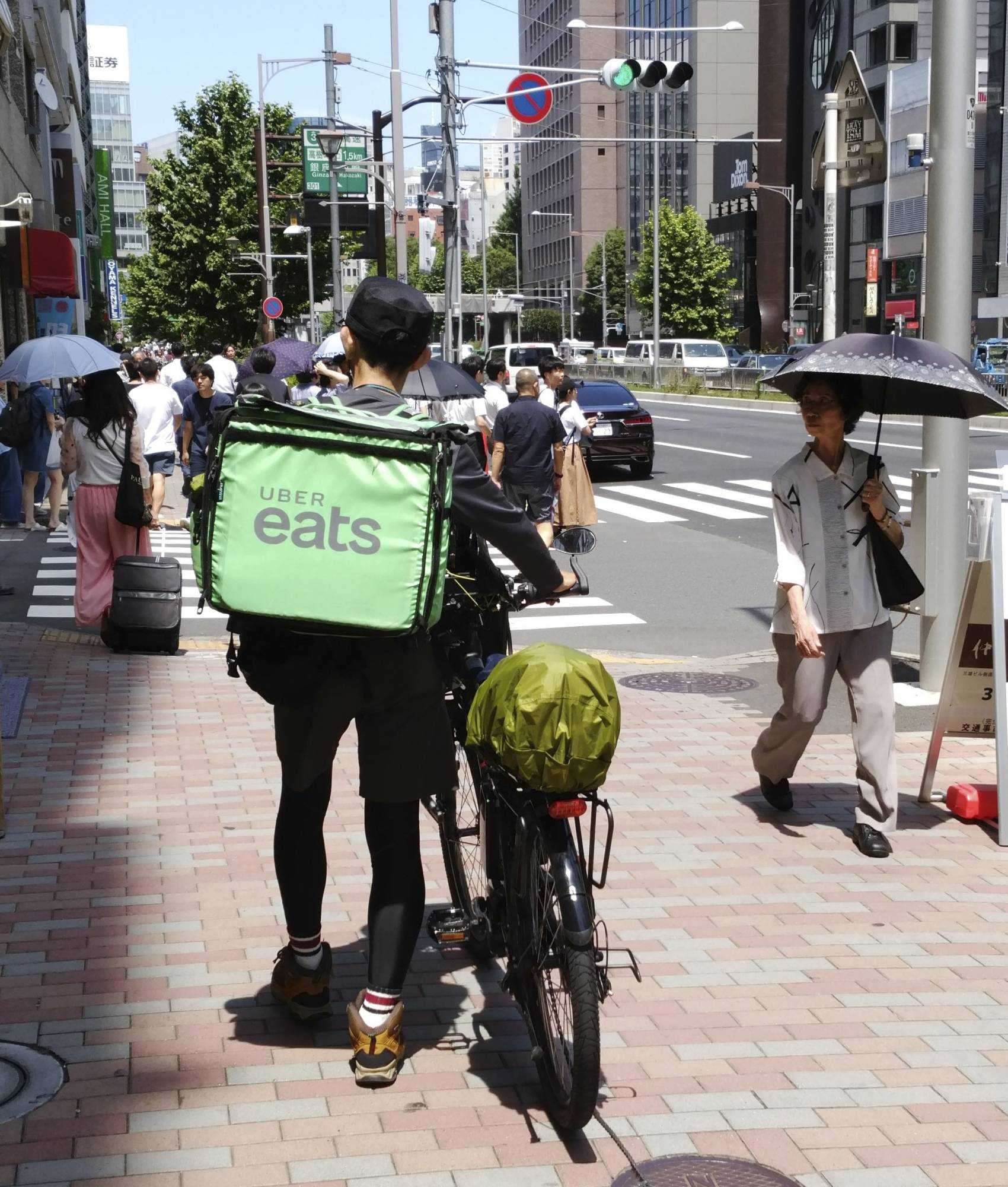 A labor union representing Uber Eats delivery staff in Japan is demanding hazard pay and protection against the novel coronavirus. | KYODO
