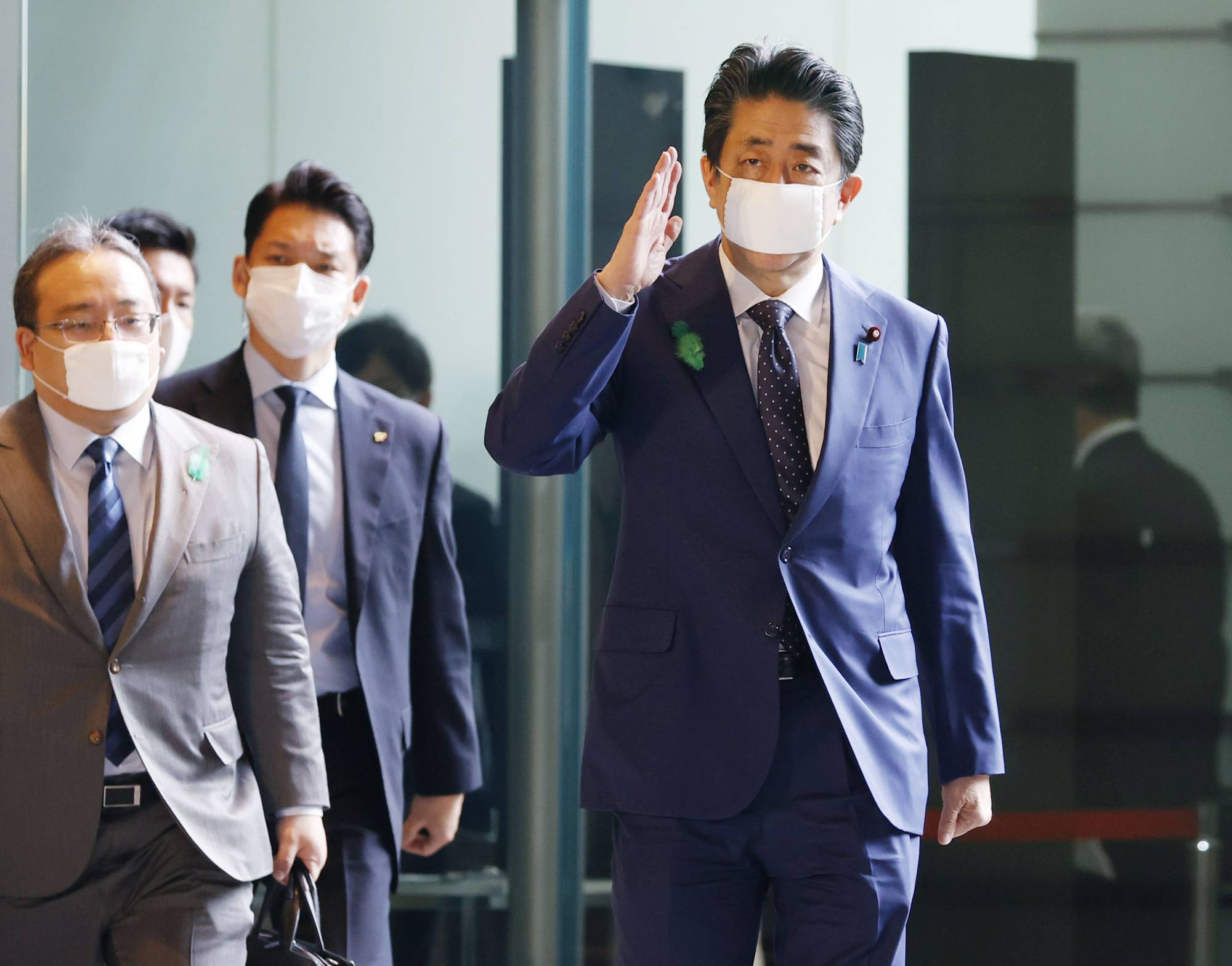 Prime Minister Shinzo Abe is now likely to revise a supplementary budget to distribute ¥100,000 to each citizen amid the coronavirus outbreak. | KYODO