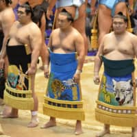 Sokokurai (center) stands on the ring during the Nagoya Basho on July 7, 2013. | KYODO