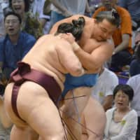 No. 15 maegashira Sokokurai (right) loses to Tokushoryu on the first day of the Nagoya Grand Sumo Tournament on July 7, 2013 in Nagoya. | KYODO