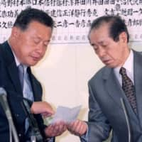 The strongest secretaries-general could determine the fate of the prime minister. LDP Secretary-General Hiromu Nonaka (right), who backed Yoshiro Mori as prime minister, was one of them. | KYODO