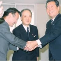 The strongest secretaries-general could determine the fate of the prime minister. LDP Secretary-General Ichiro Ozawa (right) was one of them who backed Toshiki Kaifu (center) as prime minister. | KYODO