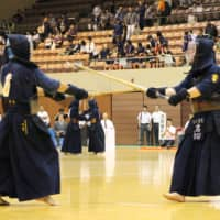 Kyushu Gakuin's Yuma Iwakiri (right) and Takachiho High School's Takuro Hayashi compete during a rematch in the fourth round of the kendo competition at the 2017 Inter High School Sports Festival in Sendai. | KYODO