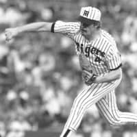 Matt Keough pitches for the Tigers during a May 1990 game at Koshien Stadium in Nishinomiya, Hyogo Prefecture. | KYODO