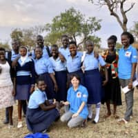 Aya Fujita (front right) and South Sudanese students in Uganda in February 2020 | THE ASSOCIATION FOR AID AND RELIEF, JAPAN / VIA KYODO