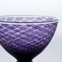 The space between: A bowl by Hideaki Kakurai. The piece utilizes the lace-glass technique, leaving air bubbles in the gaps to produce a complex and vibrant pattern. |