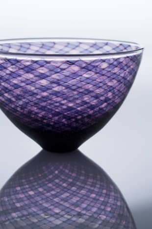 The space between: A bowl by Hideaki Kakurai. The piece utilizes the lace-glass technique, leaving air bubbles in the gaps to produce a complex and vibrant pattern.