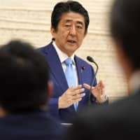 Prime Minister Shinzo Abe and his team suffered bad scores for their response to the coronavirus pandemic in a recent international survey.    BLOOMBERG