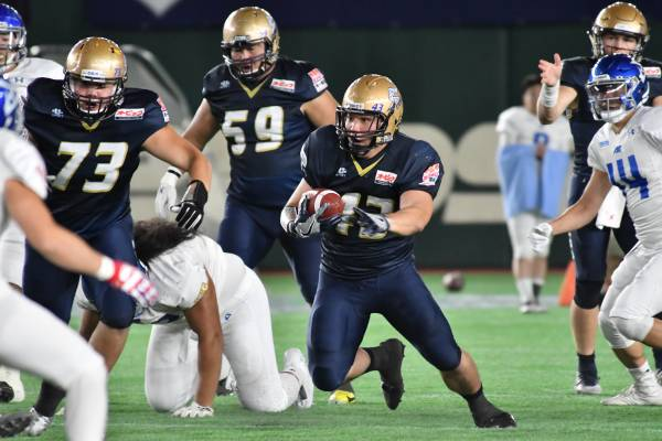 Obic Seagulls running back Asaki Mochizuki (center) carries the ball against IBM BigBlue during the Pearl Bowl final on June 28, 2018, at Tokyo Dome. The annual tournament was canceled this spring due to the COVID-19 outbreak. | HIROSHI IKEZAWA