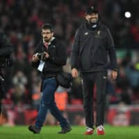 Liverpool manager Jurgen Klopp (right) walks on the pitch after his team's match against Arsenal on Dec. 29, 2018.   AFP-JIJI