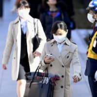 University students wear masks amid the coronvirus outbreak during visits to companies in Tokyo on March 1, when Japan's job-hunting season officially begins.  | KYODO