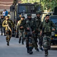 Security personnel arrive near the scene of a recent militant attack in the Pandach Chowk area of central Kashmir's Ganderbal district on the outskirts of Srinagar on Wednesday.  | AFP-JIJI