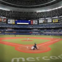 The Buffaloes play an intrasquad game on Monday at Kyocera Dome in Osaka. | KYODO