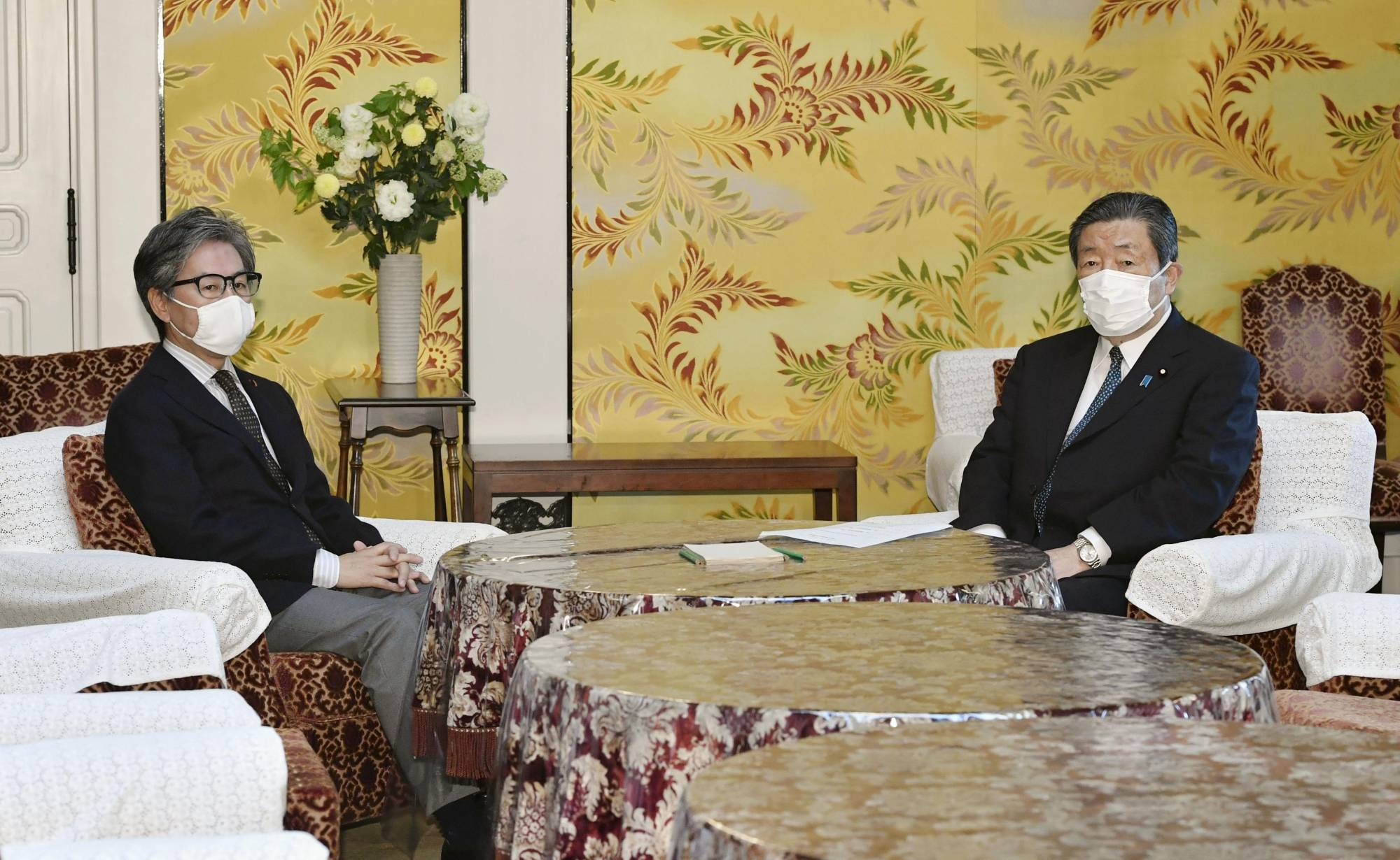 Hiroshi Moriyama (right), Diet affairs chief of the ruling Liberal Democratic Party, and his counterpart Jun Azumi of the main opposition Constitutional Democratic Party of Japan meet at the Diet on Monday. | KYODO