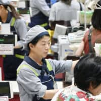 Japan's consumer confidence rose for the first time in five months in May as the number of new infections has fallen, according to the government. | KYODO