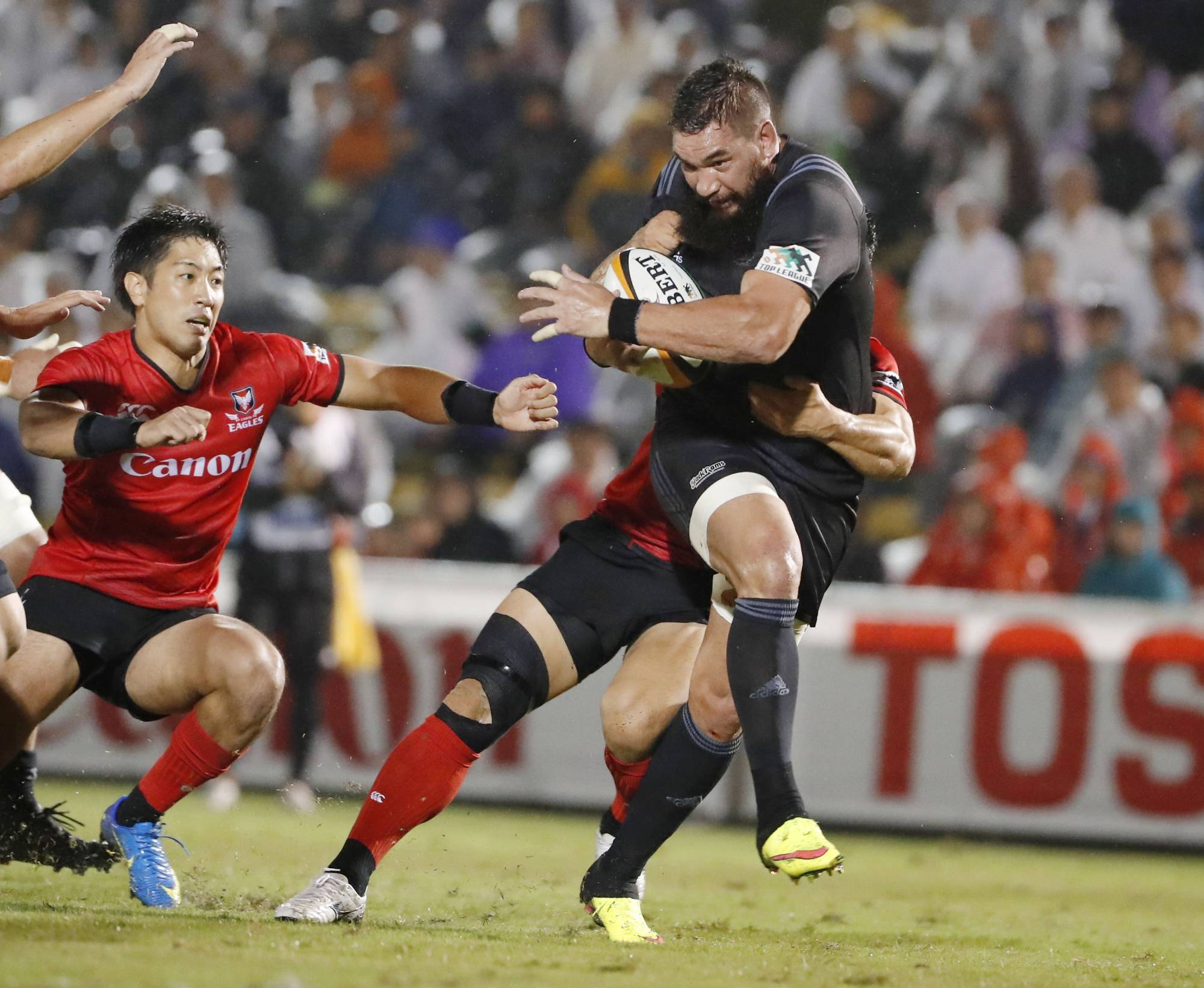 Ricoh Black Rams No. 8 Colin Bourke (right) plays against Canon Eagles during a Top League match on Sept. 21, 2018, at Tokyo's Chichibunomiya Rugby Stadium. | KYODO