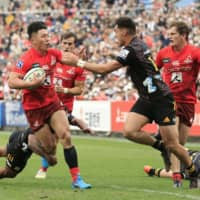 The Sunwolves' Shogo Nakano runs the ball against the Chiefs during a Super Rugby match at Chichibunomiya Rugby Ground on Feb. 15. | KYODO