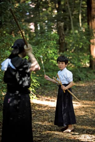 Disciplined: Tendo-ryu is a comprehensive martial art that uses other weapons besides the naginata (glaive). Shown here are encounters using kusarigama (sickle and chain) and tantō (short blade). | MASATOMO MORIYAMA
