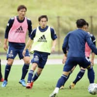 Teruhito Nakagawa (center) and other Marinos players train on Monday in Yokohama. | YOKOHAMA F. MARINOS / VIA KYODO