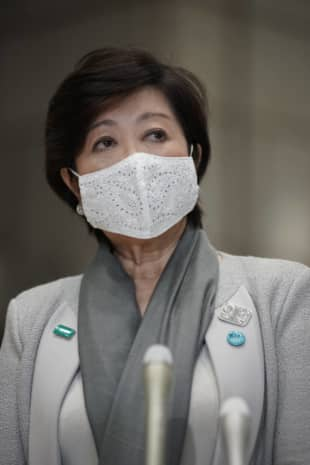 Some experts have criticized Tokyo Gov. Yuriko Koike's reliance on the central government to put forward virus countermeasures instead of taking the initiative herself.   RYUSEI TAKAHASHI