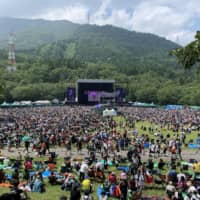 Keep your social distance: Festival-goers crowd the Green Stage at last year's edition of Fuji Rock Festival, a sight we won't be seeing this year. | ALYSSA I. SMITH