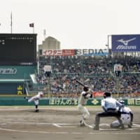 Narashino (Chiba) and Toho (Aichi) compete in the spring Koshien final on April 3, 2019, at Koshien Stadium in Nishinomiya, Hyogo Prefecture. | KYODO