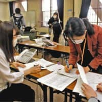 Public health nurses at the Gifu City Public Health Center have been working on a task focused on COVID-19 clusters. | CHUNICHI SHIMBUN