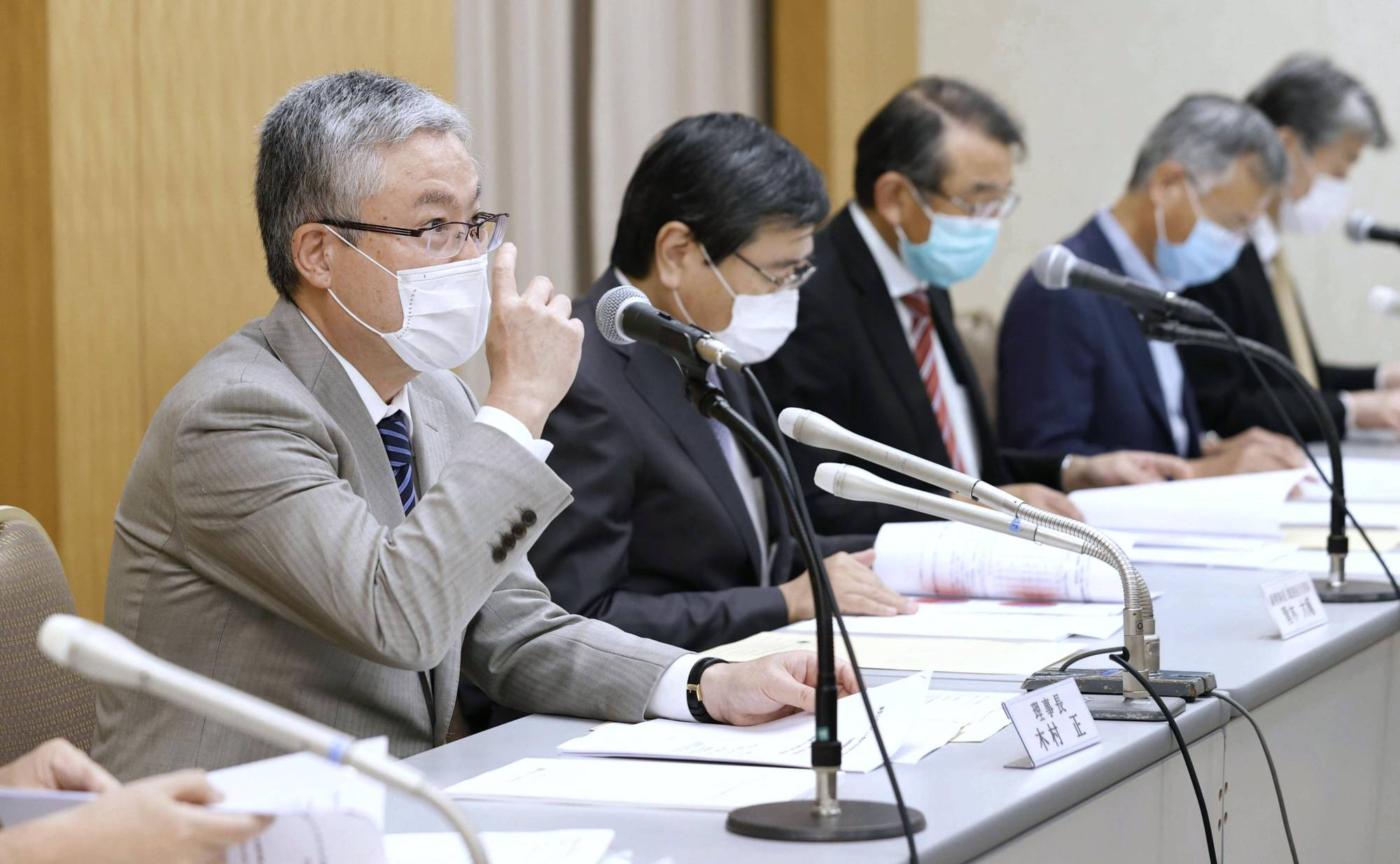 Tadashi Kimura, chairman of the Japan Society of Obstetrics and Gynecology (left), attends a news conference on Saturday in Tokyo. | KYODO