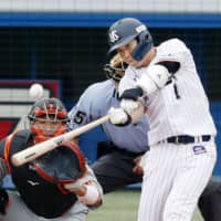 Yakult's Tetsuto Yamada hits a grand slam in the sixth inning against the Giants on Saturday at Jingu Stadium. | KYODO