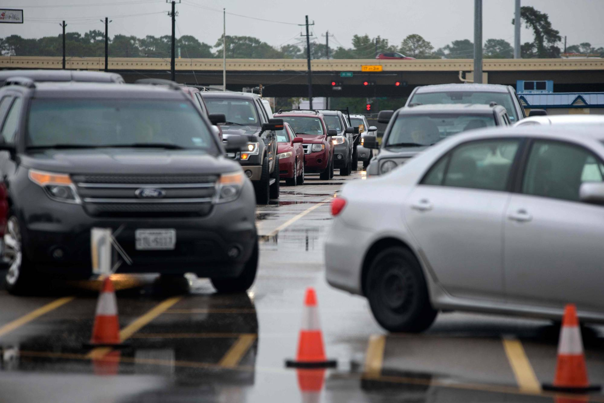 Cars line up at a testing site in Houston on Thursday. | AFP-JIJI