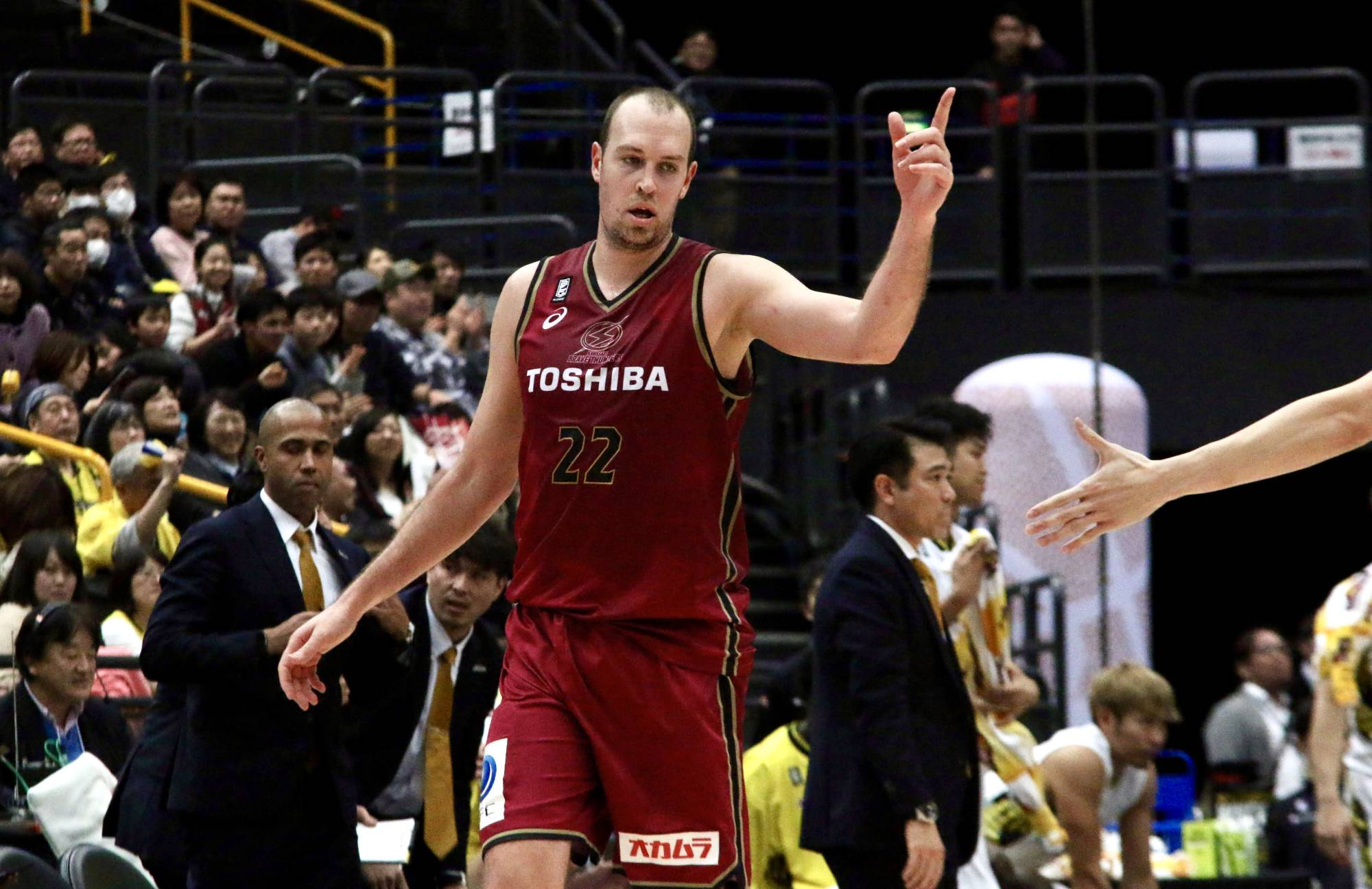 The Brave Thunders' Nick Fazekas competes during his team's Emperor's Cup game against the Sunrockers Shibuya in January. The 35-year-old center has tested positive for COVID-19, the team announced Wednesday. | KAZ NAGATSUKA