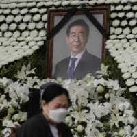 Seoul mayor's funeral held despite half a million objections