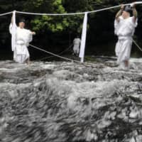 Sacred rope replaced above 133-meter waterfall at Japan World Heritage site