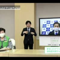 Tokyo Gov. Yuriko Koike discusses measures to deal with the novel coronavirus during a teleconference on April 30 with Osaka Gov. Hirofumi Yoshimura. | KYODO