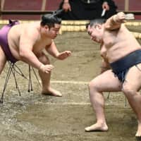 Injured Kakuryu pulls out of July meet after Day 1 loss